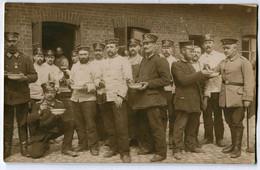 Foto AK 1.WK Landsturm Wachstuchmütze Essensempfang 1914  #208 - Guerra 1914-18