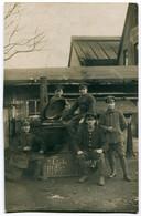 Foto AK 1.WK Soldaten Infanterie-Regiment 57 An Feldküche Gulaschkanone #215 - Guerra 1914-18