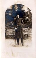 Carte Photo Montage Originale Homme - Elégant Dandy & Sa Canne Au Park Vers 1900/10 - Personnes Anonymes
