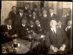 Tirage Photo Albuminé Souple Original Scolaire, Etudiants En Médecine & Casquettes Autour D'une Bonne Bière Vers 1920 - Personnes Anonymes