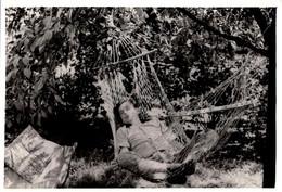 Photo Originale Sieste Et Farniente Pour Jeune Homme Affalé Sur Un Hamac Vers 1960/70 - Dodo Land ! - Personnes Anonymes