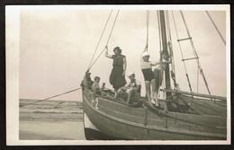 Carte Photo - Famille / Enfants Sur Un Bateau De Pêche Sur La Plage - Immatriculation P2 - Voir Scan - Boats