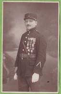 Belle CPA Soldat Militaire Gendarme ? Grenade Sur Képi Et Col Nombreuses Médailles Interalliés Officier ? - Regiments