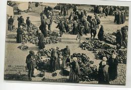 29 LESNEVEN Jour De Marché Aux Sabots De Bois Sur La Place écrite Du Bourg En 1915 Voir Dos   D17  2021 - Lesneven