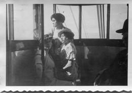 Photo De Trois Femmes Dans Un Vieux Téléphérique Vers 1930 - Anonymous Persons
