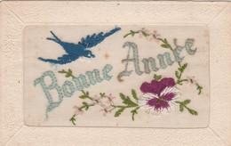 CPA Brodée Tissée Oiseau Hirondelle Fleur Pensée Bonne Année Embroidered Illustrateur  2 Scans - Embroidered