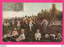 CPA (Réf: Z 3222) (FANTAISIE BÉBÉS PHOTOMONTAGE) Bébés Le Labourage Chien, Vaches - Babies
