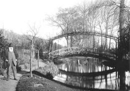 27 - Giverny - Claude Monet Devant Le Bassin Des Nymphéas - Au Fond, Le Pont Japonais - Otros Municipios