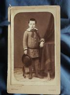 Photo CDV  Detraz à Niort  Petit Garçon Tenant Un Chapeau  Grand Col Avec Un Noeud  CA 1880 - L564C - Anciennes (Av. 1900)