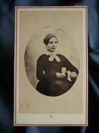 Photo CDV Anonyme  Jeune Femme Brune Assise  Sec. Empire  CA 1860 - L503L - Alte (vor 1900)