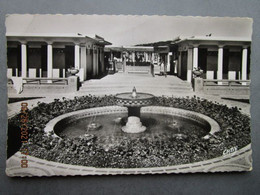 CP 14  Calvados DEAUVILLE - La Plage Fleurie , Les Bains - Bassin Transformé En Déco Florale 1950 - Deauville