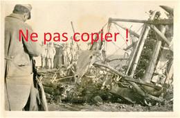 PHOTO FRANCAISE - POILUS AUTOUR DES DEBRIS D'UN AVION ALLEMAND ABATTU - A LOCALISER - GUERRE 1914 1918 - 1914-18