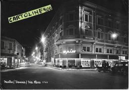 Veneto-venezia-mestre Frazione Di Venezia Via Rosa Veduta Notturna Negozi Luci  Upim Moto Vespa Fiat 1100 Anni 50 60 - Altre Città