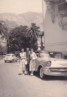 Foto Di Gruppo Di Persone Adiacente Auto D'epoca ( Montecarlo ) - Cm 10 X 7circa - Coches