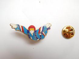 Superbe Pin's En EGF , Parachutisme , Para , Signé Segalen Collection - Paracadutismo
