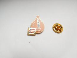 Superbe Pin's En EGF , Carburant Essence Oil Huile , Total Base Oils , Signé Arcane - Carburanti