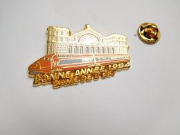 Superbe Pin's En Zamac , Transport Train SNCF TGV , Gare De L'Est , Bonne Année 1994 , Signé Ballard - TGV