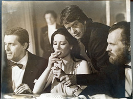 GRANDE PHOTOGRAPHIE ANCIENNE : CINEMA SCENE AU CASINO ACTRICE A IDENTIFIER ACTEUR ITALIEN CIGARETTE EROTISME CHARME - Berühmtheiten