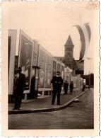 Photo Originale Homme Passant Et Posant Devant Un Mur D'Affiches De Propagande Vers 1930/40 Clocher à Identifier - Lugares