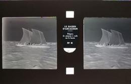 32123 LE BASSIN D  ARCACHON N°6 REGATES DE PINASSE A VOILE 15CM X 7CM 1 PLAQUE DE VERRE 2 VUES IDENTIQUES AVEC CARTON - Altri