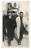 Deux Jeunes Hommes élégants Marchant Dans La Rue, Chapeau, Manteau, Écharpe... Belgrade, Serbie, Années 1940 - Lugares