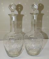2 CARAFES FLACONS CAVE à LIQUEUR VERRE Ou CRISTAL Gravé Collection Déco Vitrine Verrerie AVEC LEURS JOLIS BOUCHONS - Glass & Crystal