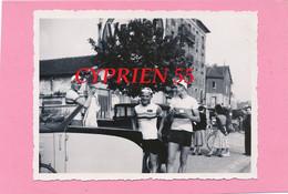 Photo -  Au Départ  Course PARIS-MORET  Le 09 Mai 1948 - Coureurs Cyclistes Lebris, Petillot, Richard - Auto Cabriolet - Cyclisme