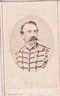 Photo CDV Beauvais 1870 Portrait Militaire Officier Chasseur D'Afrique Médaillé   Photo Ch Herbert  Beauvais  Réf 10236 - War, Military