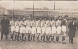 A14) Sehr Alte FOTO AK - Original - FUSSBALL Mannschaftsfoto Mit Dressen U. Ball - Trainer Mit Fliege U. Mantel ALT !!!! - Soccer