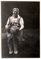 Photo Originale Cueilleuse De Champignons Ou Chasseuse Aux Champignons & Son Cèpe Géant Contre Un Panier Plein 1940's - Anonymous Persons