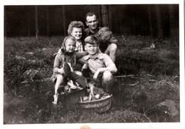 Photo Originale Famille Chasseuse Ou Cueilleuse De Champignons & Son Cèpe Géant Contre Un Panier Plein En Forêt 1940's - Anonymous Persons