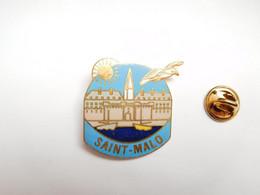 Superbe Pin's En EGF , Ville De Saint Malo , Oiseau Mouette , Ille Et Vilaine - Cities
