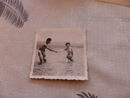 25-9 , 212 , Photo , Le Lavandou, Sur La Plage, Couple à La Baignade En Maillot De Bain, 1951 - Luoghi