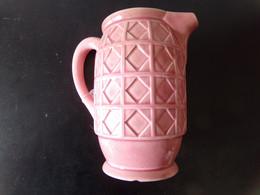 Pichet En Céramique Rose Motifs Géométriques ( égrennure, Fèle ) Dimensions 18 X 17 X 10.5 Cm, Poids 560 Gr - Altri