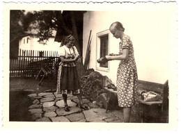 Photo Originale Coquettes, Mère Et Fille Dans La Cour Pour Un Atelier Cirage De Chaussures, Godasses, Galoches 1930's - Pin-ups