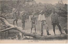 P27- AFRIQUE - GABON - TRAVERSE D'UN PONT RUSTIQUE - (ANIMEE - PERSONNAGES - 2 SCANS) - Gabon