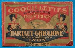 Découpi (fragment) Carton D'une Boite De Coquillettes HARTAUT-GHIGLIONE 69 LYON Maison Fondée En 1804 (costume) - Non Classificati
