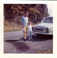 Photo Carrée Couleur Originale B.B. Homme Posant Au Cul D'une Simca Aronde Avec Sa Fille Vers 1960/70 - Automobili