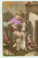 Jouet - Bonne Année - Fillette Dans Un Fauteuil Tenant Un Ours En Peluche Et D'autres Poupées- Teddy Bear - Games & Toys