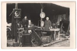 CARTE PHOTO : BROCANTEUSE - BROCANTEUR - MARCHANDE - BROCANTE & ANTIQUITE - VENTE OBJETS ANCIENS ( MEUBLES - MIROIR Etc) - Street Merchants