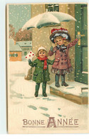 N°17581 - Carte Gaufrée - Bonne Année - Fillettes Sous La Neige Devant Une Porte - Año Nuevo