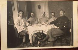 CPA PHOTO, 5 Soldats, 57 è, 1 Er, 2è (Zweisimmen Hôtel Simmental -Berne SUISSE) Sergent DUHAU, Famille DUHAU Bayonne 64 - Personnages