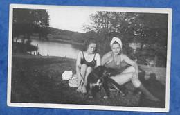 Photographie Originale 63 LE CHEIX Près De Clermont Ferrand 07/ 1947 2 PIN UP En Maillot De Bain Avec Un Chien - Anonieme Personen