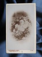 Photo CDV Alexandre Sage à Paris - Bébé Post-mortem, Circa 1890 L566C - Anciennes (Av. 1900)