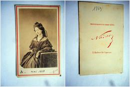 PHOTO CDV Datée 1863 FEMME  CHIC ROBE MODE NOBLESSE Cabinet NADAR  A PARIS - Old (before 1900)