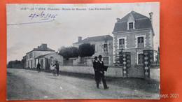 CPA (85) Rocheservière. Route De Nantes. Les Pervenches. Personnages. (AC.151) - Other Municipalities