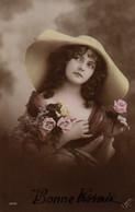 Vraie Photo Colorisée : Jeune Femme Aux Roses Avec Une Grande Capeline - Frauen
