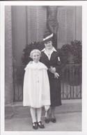 AK Foto Mädchen In Weißem Kleid Mit Dame - Kommunion - Ca. 1910/20  (58002) - Comuniones