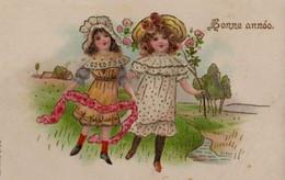 Belle Illustrée Gaufrée Et Dorée : Deux Petites Filles Dans Les Prés - Gruppen Von Kindern Und Familien