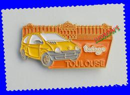 Pin's RENAULT Twingo, TOULOUSE, Place Du Capitole, HAUTE GARONNE - Renault